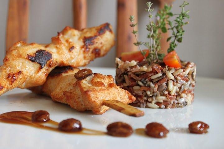 Brochetas de pollo con arroz salvaje y salsa de cerveza doble malta