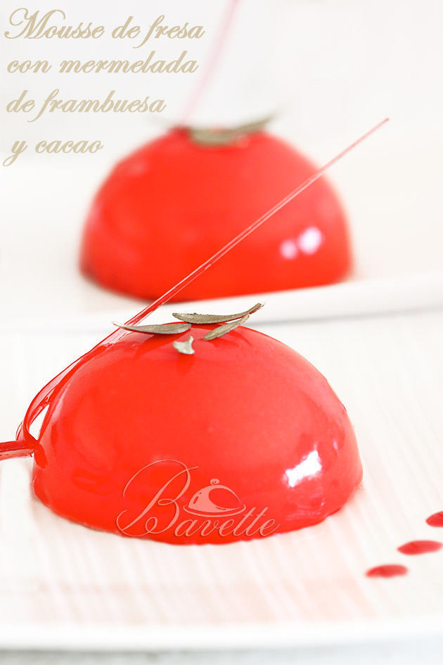 Semiesfera de mousse de fresa, mermelada y glaseado rojo