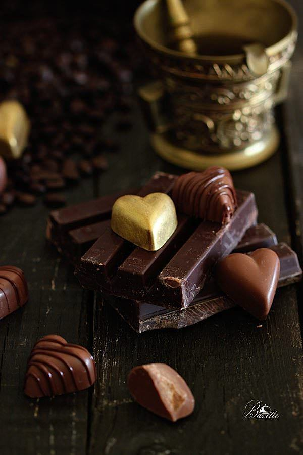 Bombones de chocolate, cafe y canela, con almendra