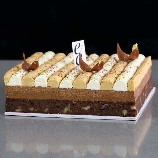 Brownie con Chocolate y Crema montada de caramelo.