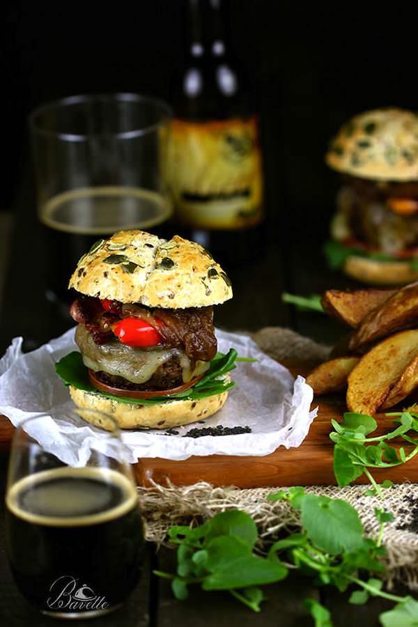Hamburguesa con pimientos asados y queso provolone
