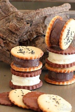 Helado de chocolate y vainilla con sándwich de galleta