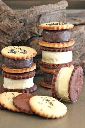 Helado de chocolate y vainilla en sándwich de galleta