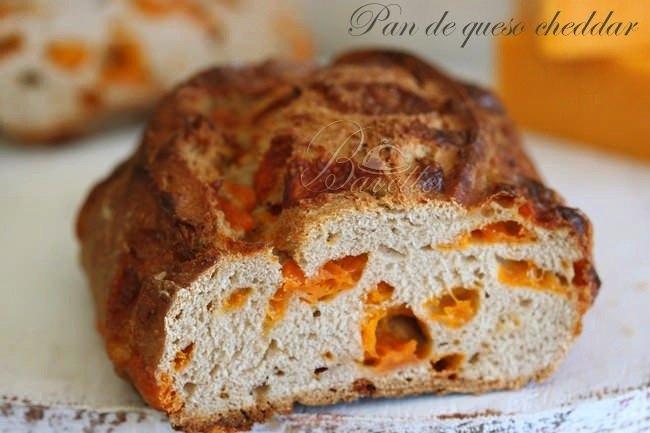 Pan casero de queso cheddar.